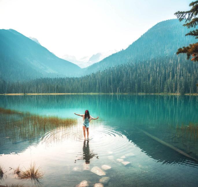 Mevrouw bij helderblauw meer